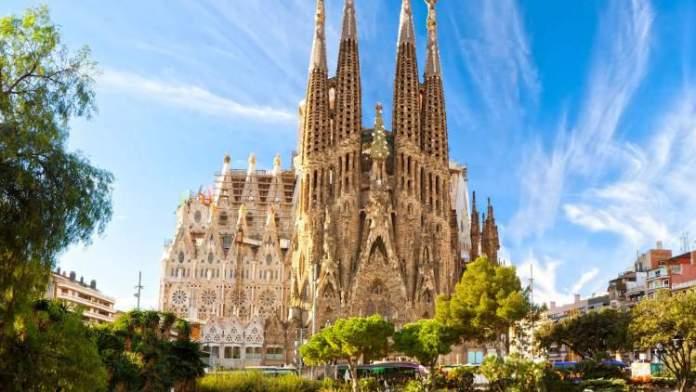 Visitar a Igreja da Sagrada Família é uma das dicas de o que fazer em Barcelona