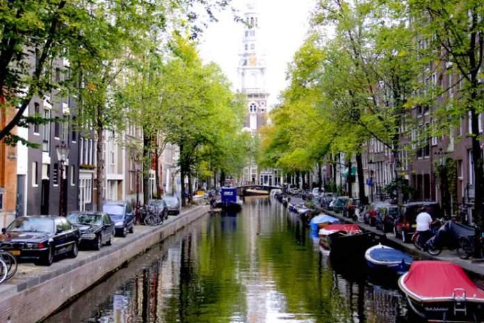 Canais que funcionam como ruas em Amsterdã