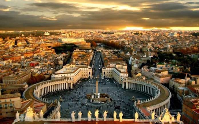 Praça São Pedro no Vaticano é uma das praças públicas mais bonitas do mundo