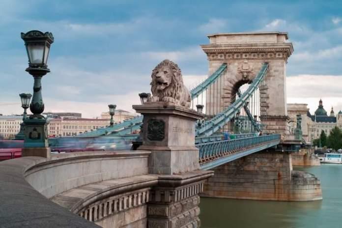 Visitar Ponte das Correntes é uma das dicas de o que fazer em Budapeste