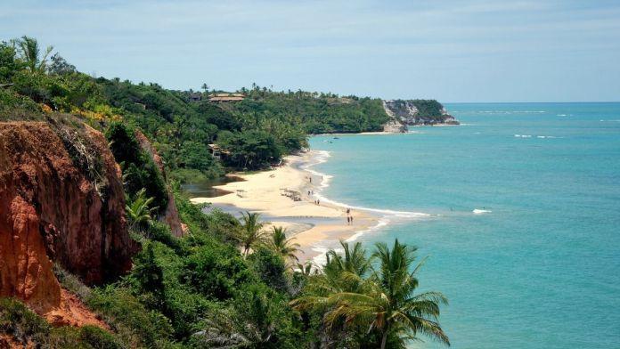 Praia do espelho é uma das praias tranquilas e bonitas para férias de verão