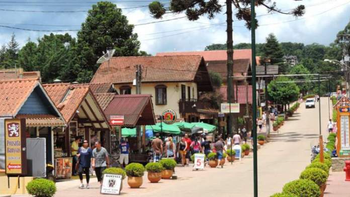 Conhecer o Centro Comercial é uma das dicas de o que fazer em Monte Verde