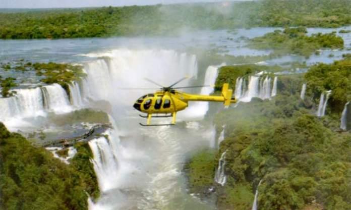 Passeio de helicóptero sobre as Cataratas é um dos pontos turísticos próximos ao Cataratas do Iguaçu