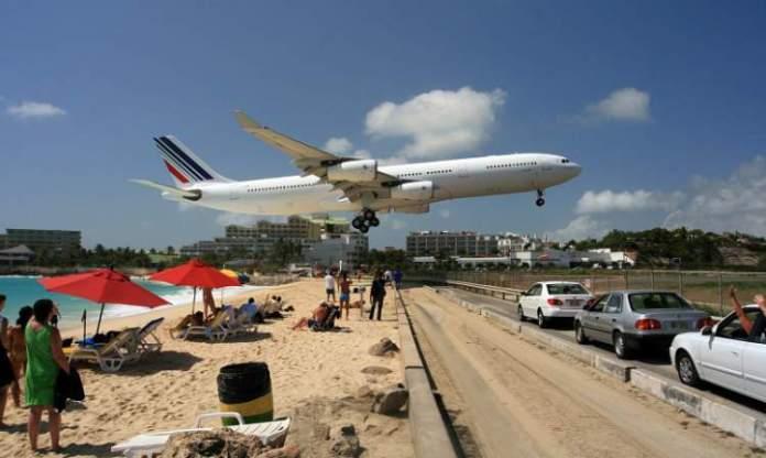 Praia de Saint Maarten no Caribe é uma das praias mais perigosas do mundo