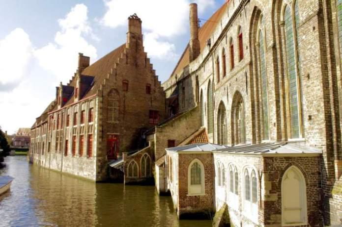 Bruges na Bélgica é uma das cidades medievais que farão você viajar de volta no tempo