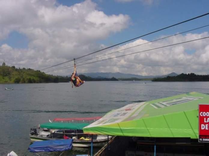 Fazer esportes náuticos e ecoturismo é uma das razões para você ficar encantado por Guatapé
