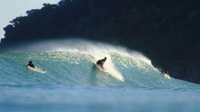 Mar com ondas perfeitas para surfistas em Maresias