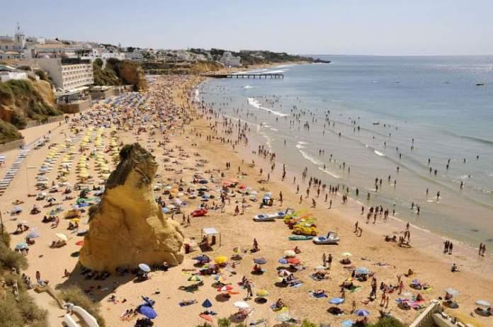 Praia do Peneco é uma das praias mais lindas de Albufeira em Portugal