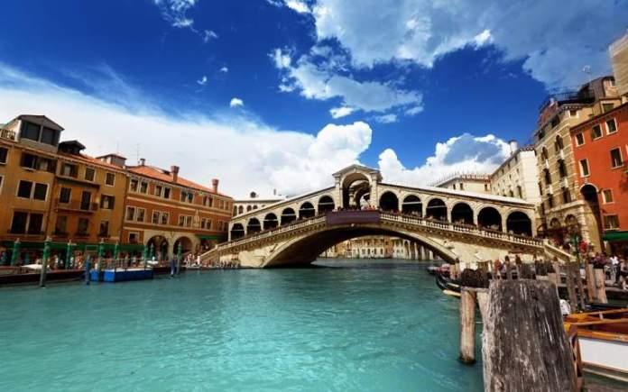 Conhecer a Ponte de Rialto é uma das dicas para quem vai viajar a Veneza