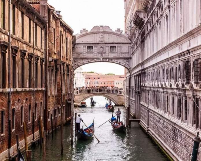 Conhecer a Ponte dos Suspiros é uma das dicas para quem vai viajar a Veneza