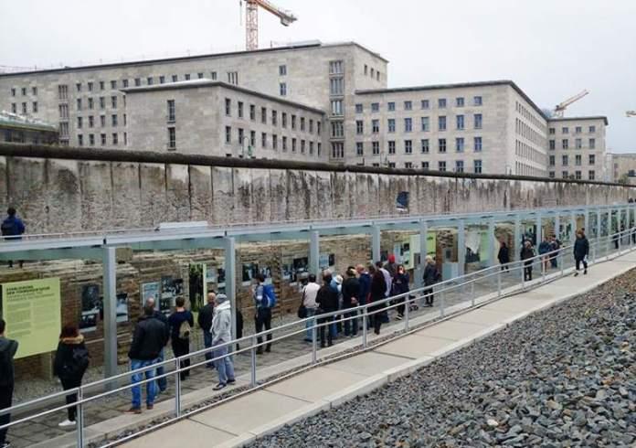 Conhecer o museu Topografia do Terror é uma das dicas para quem vai viajar a Berlim