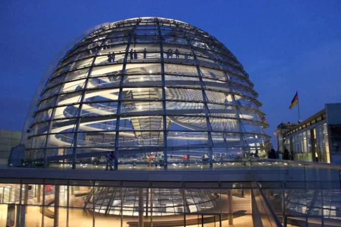Cúpula do Parlamento é uma das atrações gratuitas em Berlim