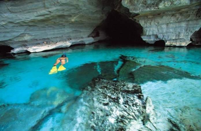 Gruta da Pratinha na Chapada Diamantina na Bahia é um dos lugares com águas cristalinas no Brasil