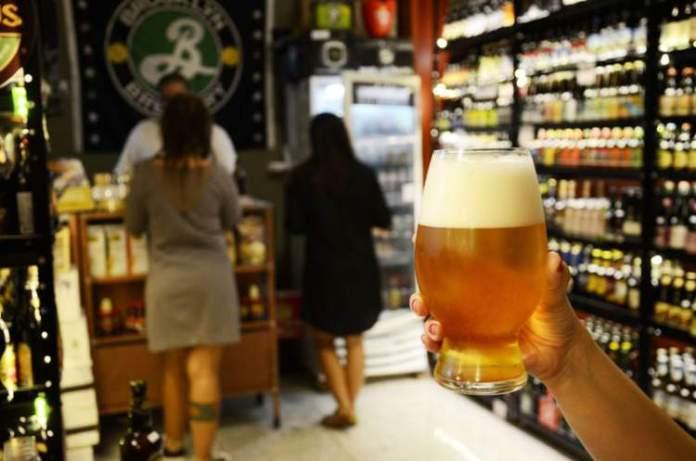 Não andar com bebida alcóolica em mãos é uma das dicas para quem vai viajar a Barcelona