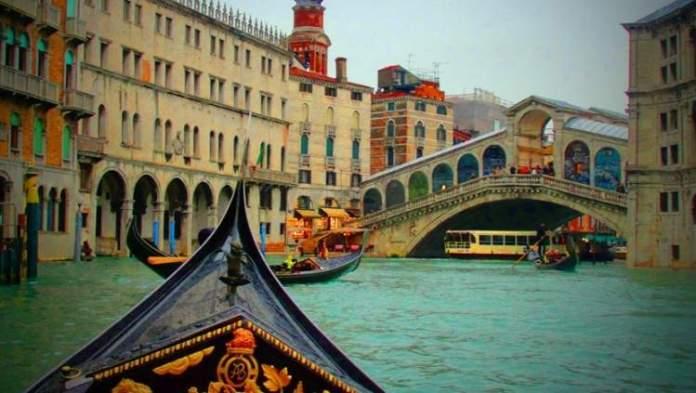 Passear de gôndola é uma das dicas para quem vai viajar a Veneza