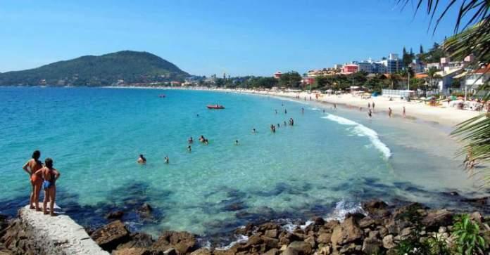 Praia de Bombinhas em Santa Catarina é um dos lugares com águas cristalinas no Brasil