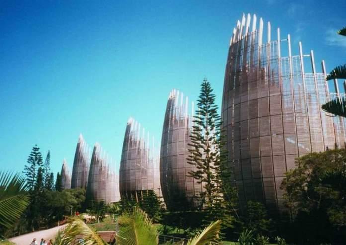 Visitar o Centro Cultural Tjibaou é um dos motivos para conhecer a ilha de Nova Caledônia