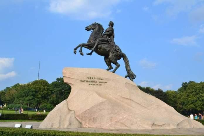 estátua do Cavaleiro de Bronze é uma das atrações gratuitas em São Petersburgo