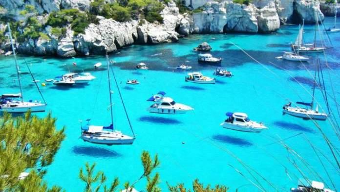 Cala Macarella é uma das praias de Menorca na Espanha