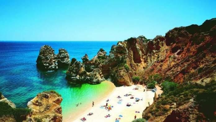 Praia do Camilo é uma das melhores praias do Algarve em Portugal