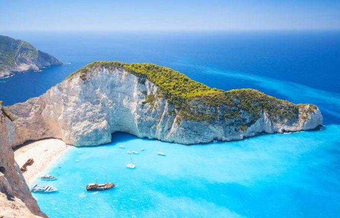 Conhecer a baía de Navagio é uma das razões para passar a lua de mel na Grécia