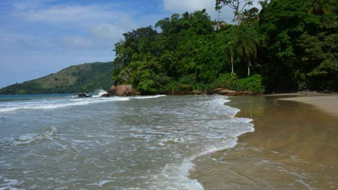 Praia da Fortaleza é uma das belas praias em Ubatuba - SP