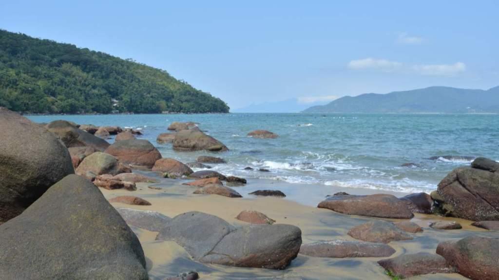 Praia do Oeste é uma das praias desertas em Ubatuba - São Paulo