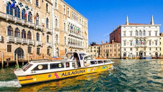 Alilaguna nas vias navegáveis e canais de Veneza, Itália.