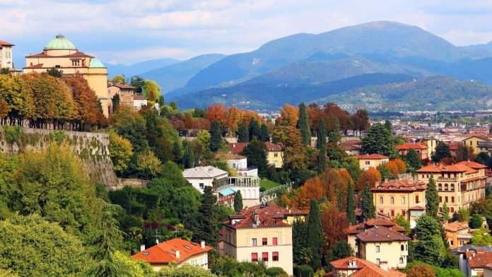 Vista da cidade baixa de Bergamo, Itália.