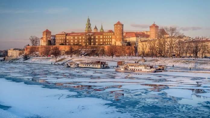 Castelo real de Wawel no inverno, com bloco de gelo no rio Vístula em Cracóvia - Polônia