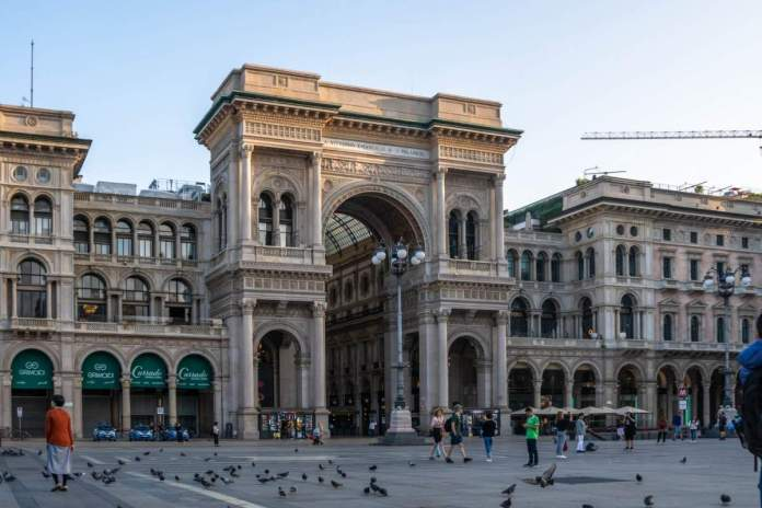 Exterior da Galeria Vittorio Emanuele II, praça Duomo, no centro da cidade de Milão, Itália.