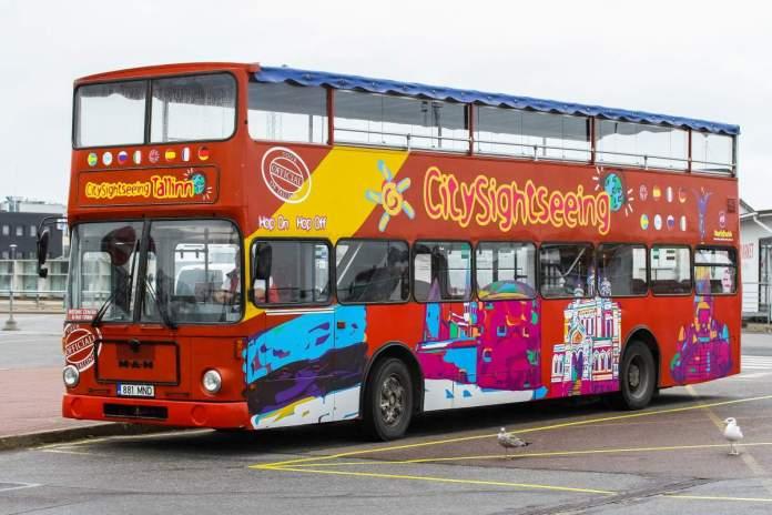 Hop On Hop Off Sightseeing Bus. O ônibus vermelho turístico ajuda os viajantes a explorar a cidade rapidamente e com visitas guiadas em diferentes idiomas.