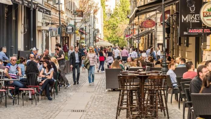 Pessoas na rua Lipscani, uma das ruas mais movimentadas de Bucareste, Romênia