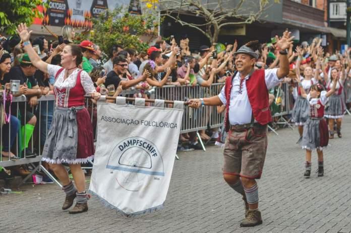 Desfile da Oktoberfest em Blumenau.