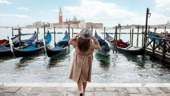 Mulher, olhando para água em Veneza, Itália