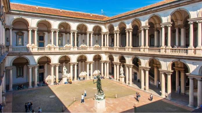 Pátio da Pinacoteca, com a estátua de Napoleão em Milão, Itália.