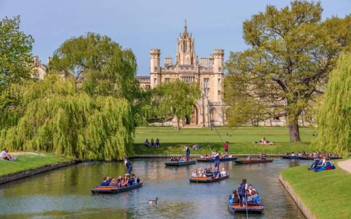 Vista panorâmica de barcos tradicionais ao longo do rio Cam em Cambridge, Inglaterra.