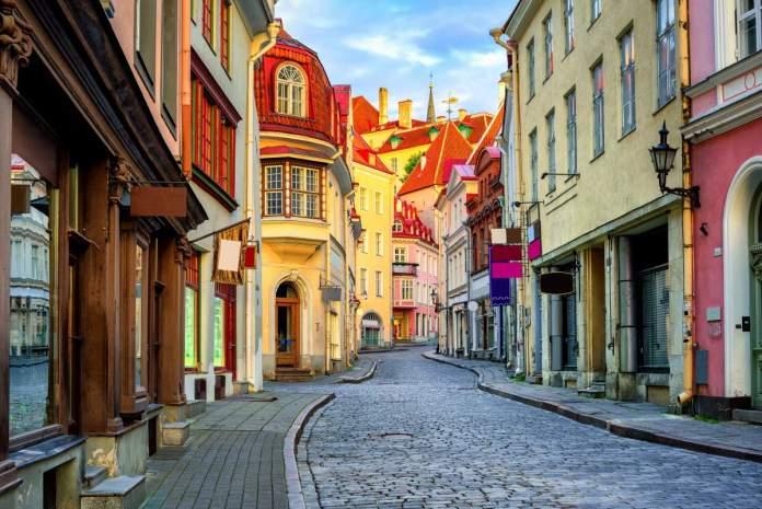 Rua estreita na cidade velha de Tallinn, Estônia