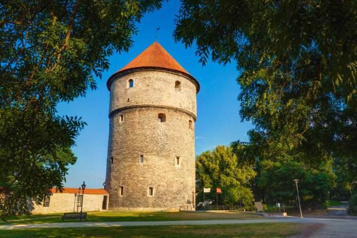 Torre medieval Kiek-in-de-Kok no parque na colina Toompea em Tallinn, Estônia