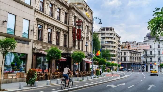Um restaurante histórico e o Capsa Hotel, no centro de Bucareste, Romênia.