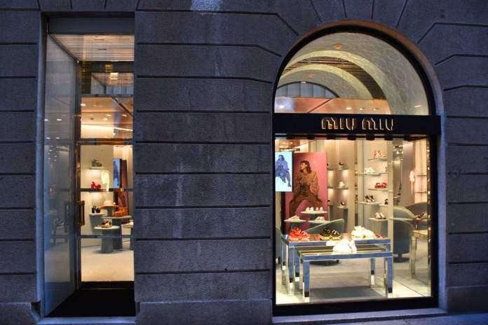 loja Miu Miu na Via Sant'Andrea em Milão, Itália.