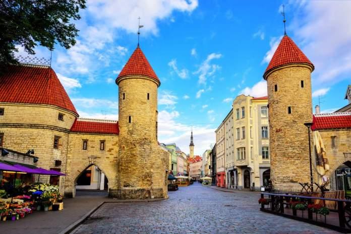 Torres gêmeas do portão de Viru na cidade velha de Tallinn, Estônia