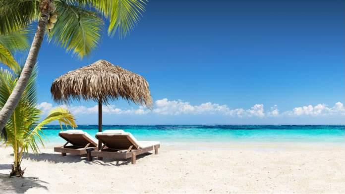 Cadeiras e guarda-chuva em Palm Beach, Flórida, Estados Unidos.