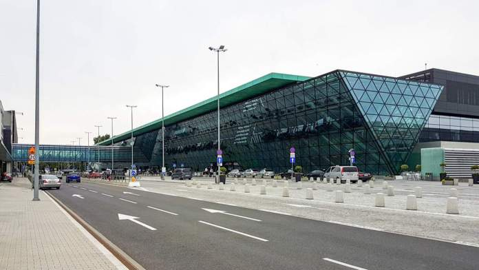 Vista exterior do aeroporto Internacional John Paul II, Cracóvia