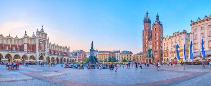 Belo conjunto da principal praça do mercado em Cracóvia, Polônia