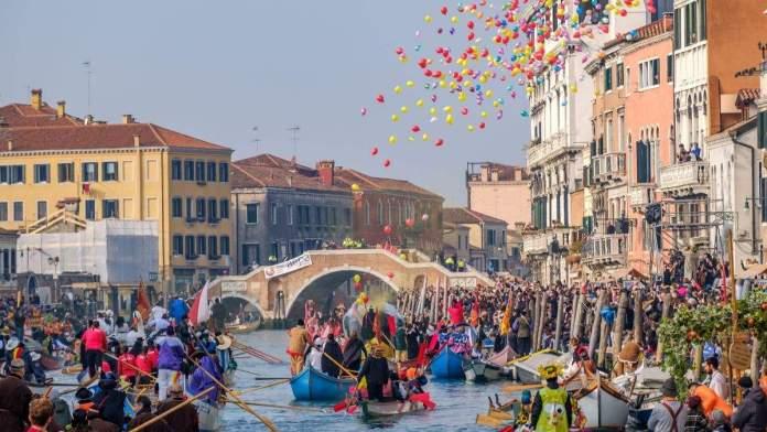 Desfile tradicional das máscaras venezianas, no carnaval de Veneza, Itália.