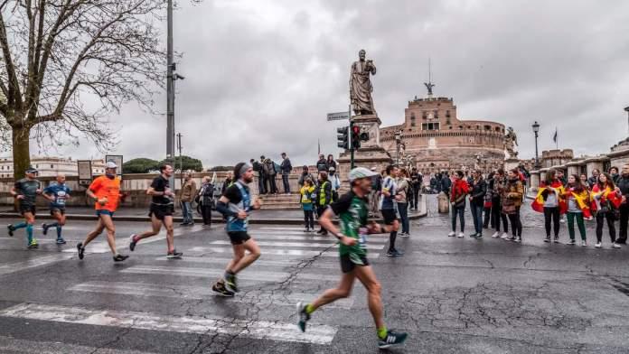Participantes da maratona anual de Roma, Itália