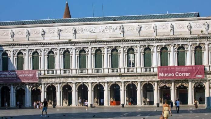 Vista para o exterior do Museo Correr, localizado na Piazza San Marco em Veneza, Itália.