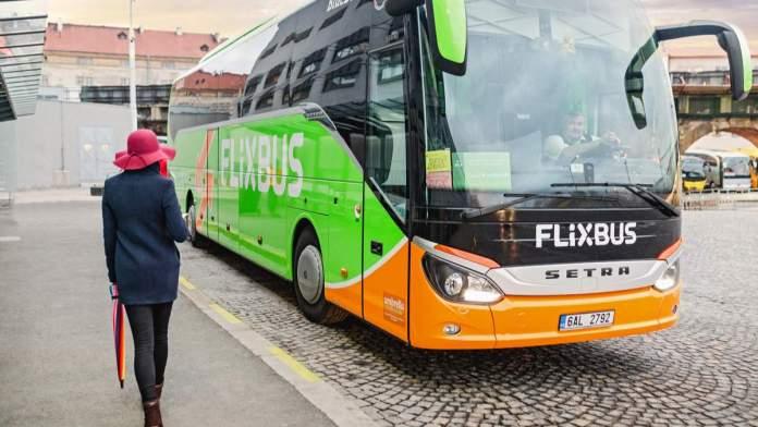 Passageira indo pegar o ônibus em Cracóvia - Polônia