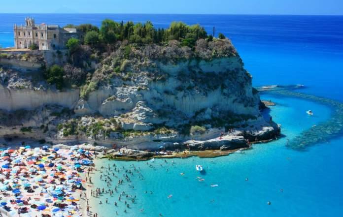 Paisagem com praia e Península de Tropea, Calábria, Itália.
